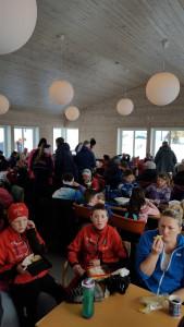Praten gikk livlig for seg i den nye flotte hytta til Frol Foto: skigal