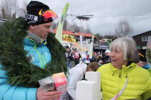 En glad vinner Johan med  en like glad mamma Foto: Skigal