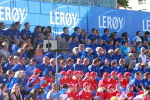 Masse folk på tribuner. Her en stor gjeng fra sponsorene Lerøy og Jordbærpikene. Foto : Skigal
